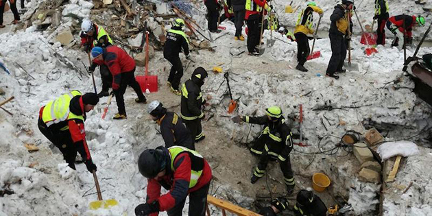 epa05745899 A handout photo made available by the Italian Mountain Rescue Service 'Corpo Nazionale Soccorso Alpino e Speleologico' (CNSAS) on 24 January 2017 shows rescue crews during search and rescue operations for missing guests at the Hotel Rigopiano in Farindola, Abruzzo region, Italy, 24 January 2017. Search operations for people still missing after an avalanche that hit the hotel on 18 January continued on 24 January amid extreme weather conditions, according to authorities.  EPA/SOCCORSO ALPINO HANDOUT  HANDOUT EDITORIAL USE ONLY/NO SALES/NO ARCHIVES