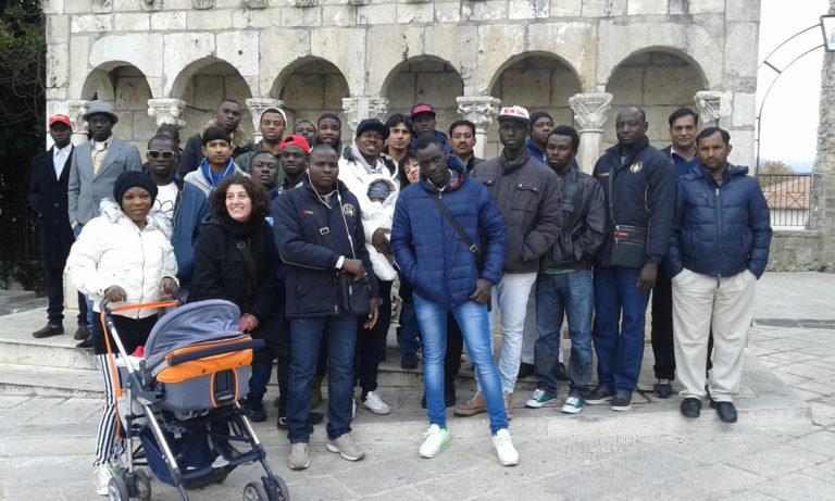 Migranti in posa davanti alla fontana della Fraterna a Isernia