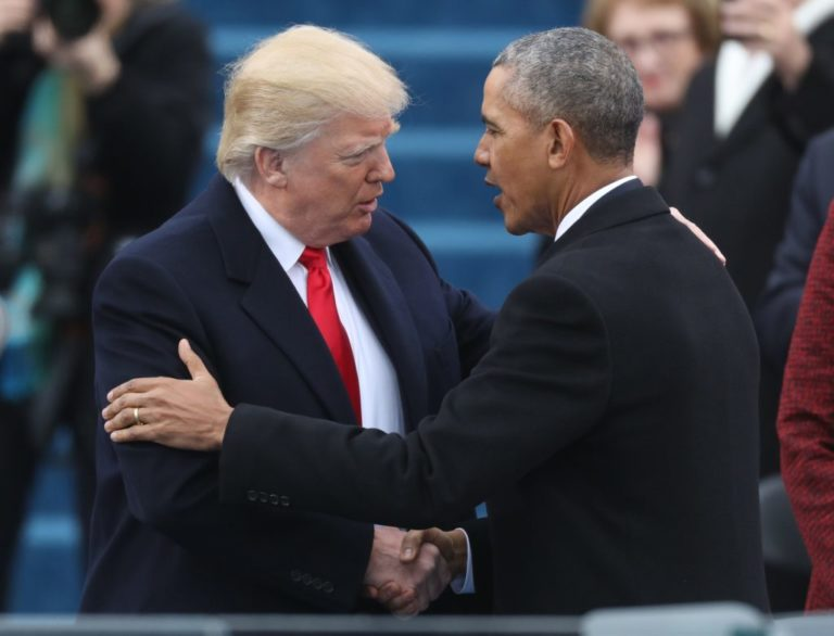 L'attuale presidente degli Stati Uniti d'America Donald Trump e l'ex presidente Barack Obama