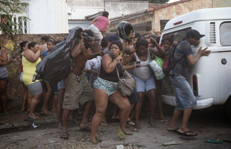 rio-de-janeiro-favela-sgomberi durante il campionato mondiale di calcio del 2014