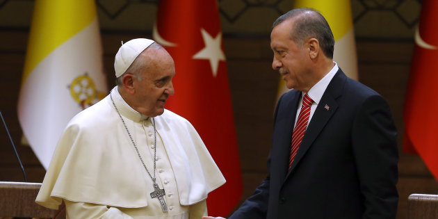 Pope Francis and Turkey's President Tayyip Erdogan shake hands after addressing to media at the presidential palace in Ankara November 28, 2014. Pope Francis begins a visit to Turkey with the delicate mission of strengthening ties with Muslim leaders while condemning violence against Christians and other minorities in the Middle East. REUTERS/Umit Bektas (TURKEY  - Tags: POLITICS RELIGION)