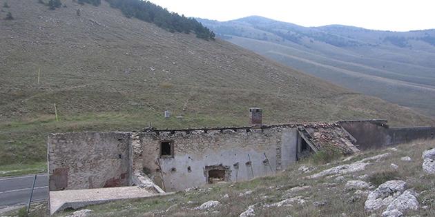 antica-taverna-rifugio-situata-sul-valico-di-forca-caruso-lungo-il-tratturo-celano-foggia-copi