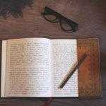 libro-libri-computer-scrivere-calligrafia-mano-scrittura-tazza-occhiali-caffè-982x54